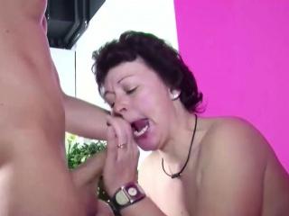 Stief-Sohn erwischt Mutti beim Masturbieren und bekommt Fick